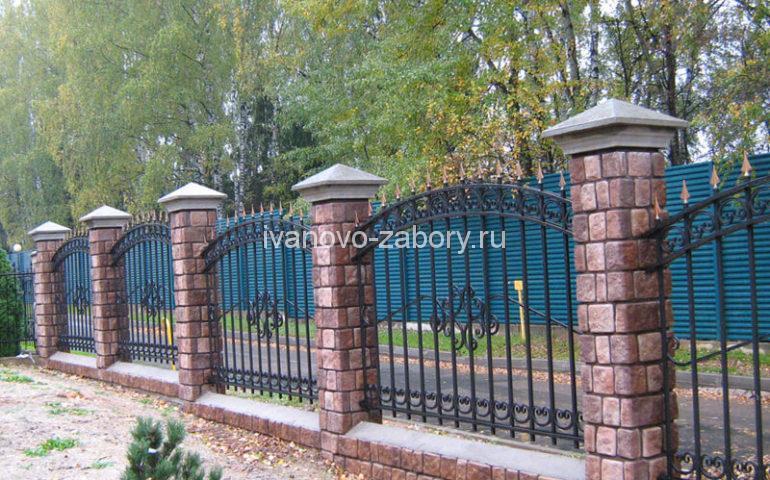 монтаж заборов из ковки с кирпичными колоннами
