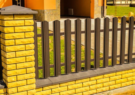 забор из кирпича и евроштакетника