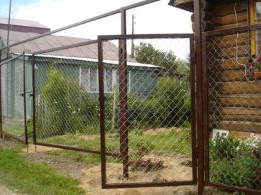 забор из сетки рабица с распашными воротами и калиткой